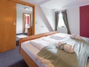 Schlafzimmer im kleinen Arpartment in der Drei Brüder Höhe